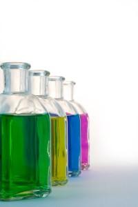 Schnaps selber machen bunte Flaschen