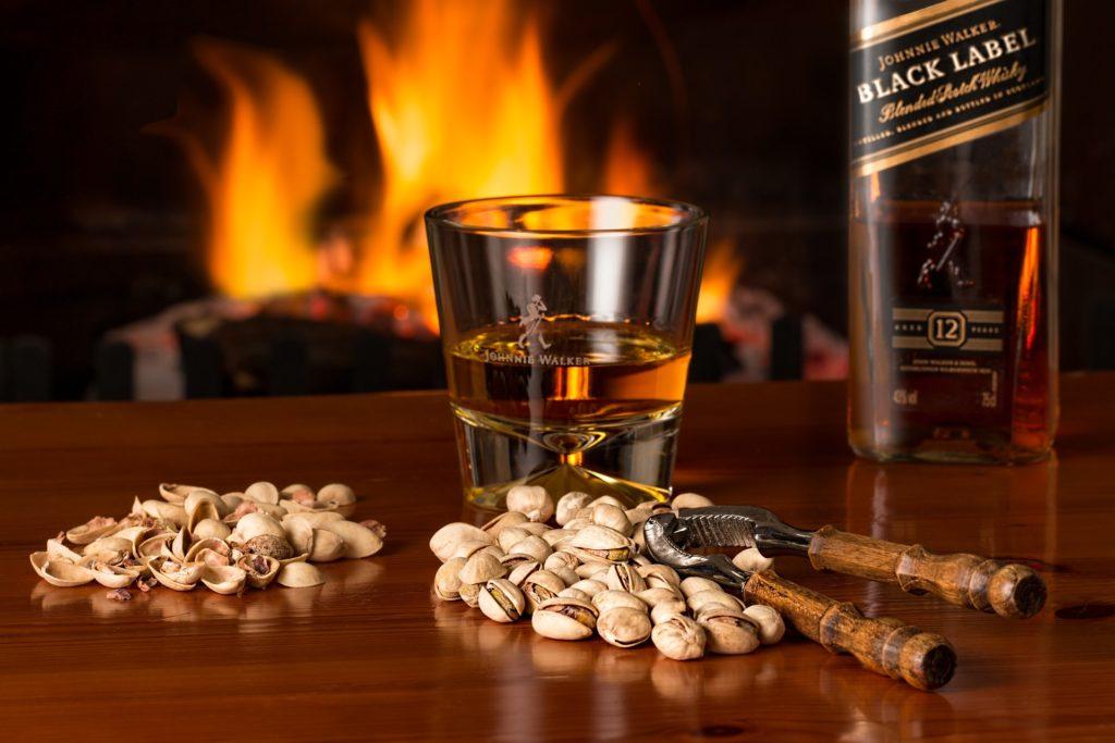 Whisky vor dem Kamin